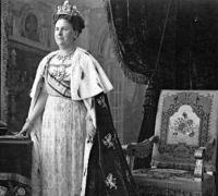 La reina Guillermina con el manto original.