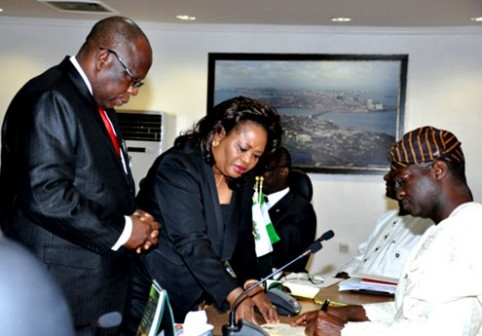 Fashola signing Lagos traffic Law  [Photo: pmnewsnigeria.com]