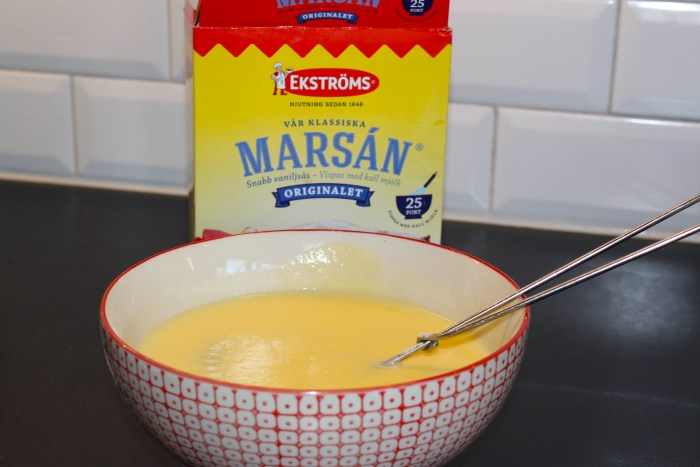 Marsan snabbvispade vaniljsås. Tänk på att om du smakar på såsen ska du aldrig lägga tillbaka skeden i såsen. Enzymerna i saliven förstör såsen och den blir finnig. Står på paketet mer om det. Slicka skeden men lägg INTE tillbaka den i skålen ;-)