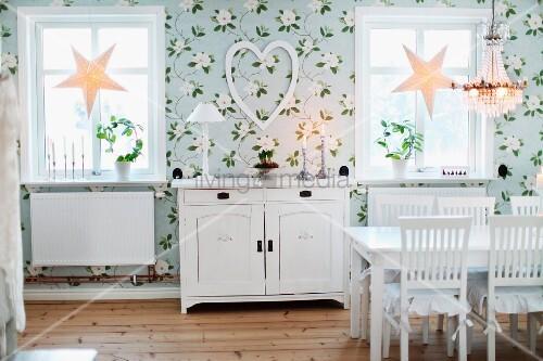 Esszimmer mit Blumentapete, weiss lackierte Möbel im Landhausstil - esszimmer fenster dekorieren