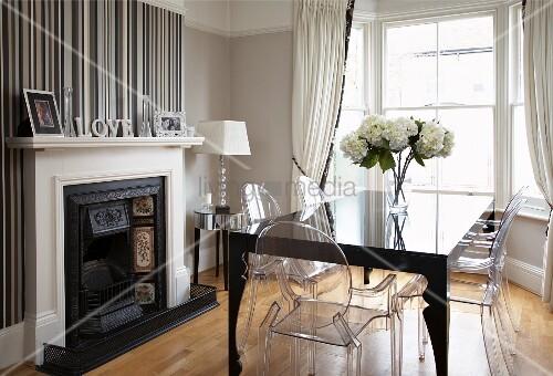 Elegantes Esszimmer mit Erker, Ghost Stühle um postmodernen - esszimmer mit kamin