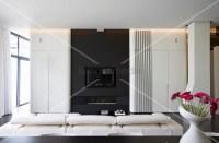 Designer-Wohnzimmer  weisse Faltwand vor schwarzer ...