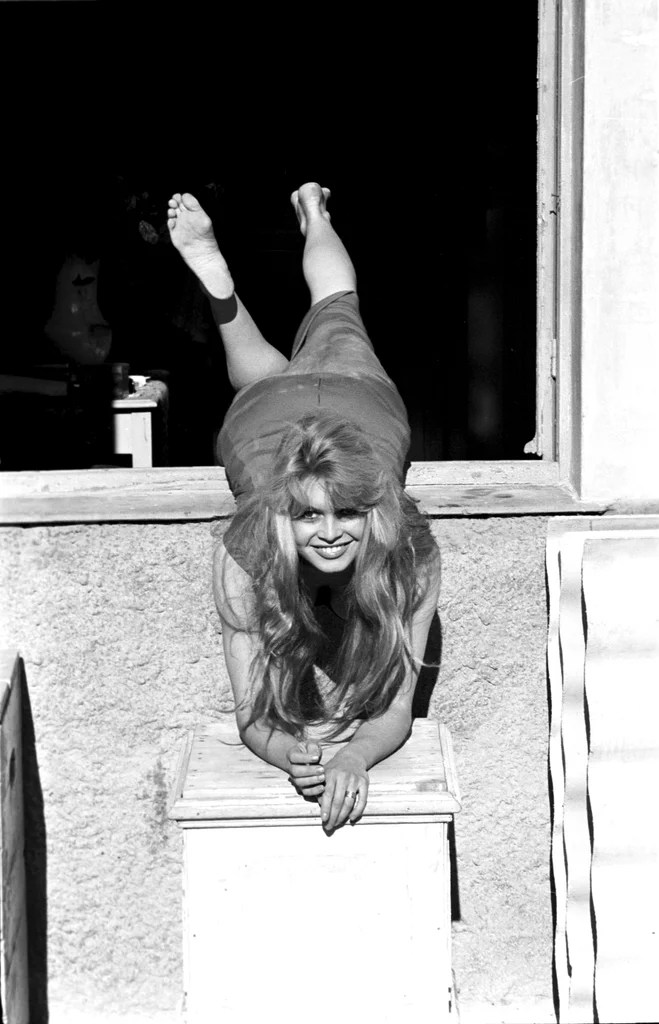 Car Slideshow Wallpaper Brigitte Bardot Struck A Playful Pose In 1957 Best Old