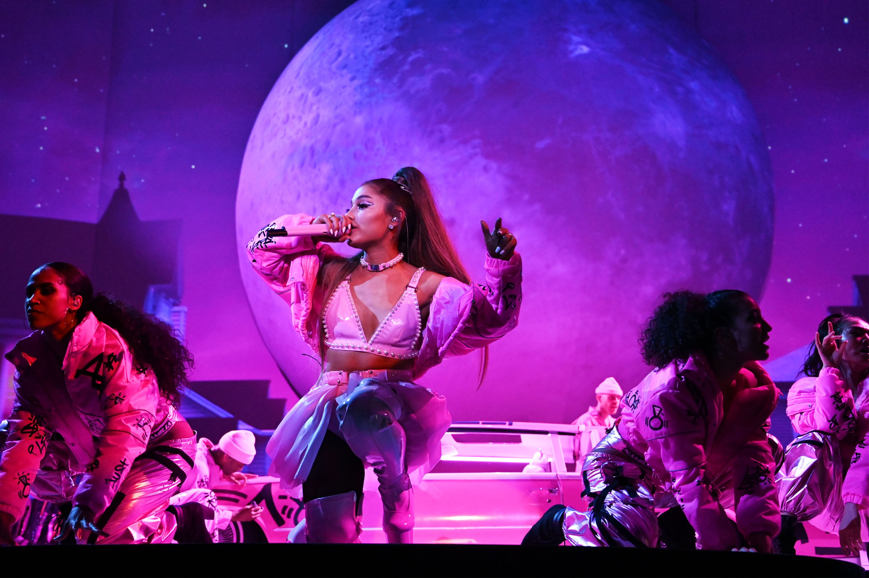 37 Tour It S Her World We Re Just Living In It Ariana Grande Wows San