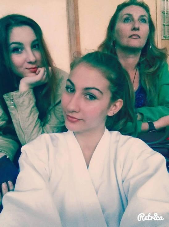 Andreea, mama ei si Gabriela, prietena Andreei, la primul exament de centura