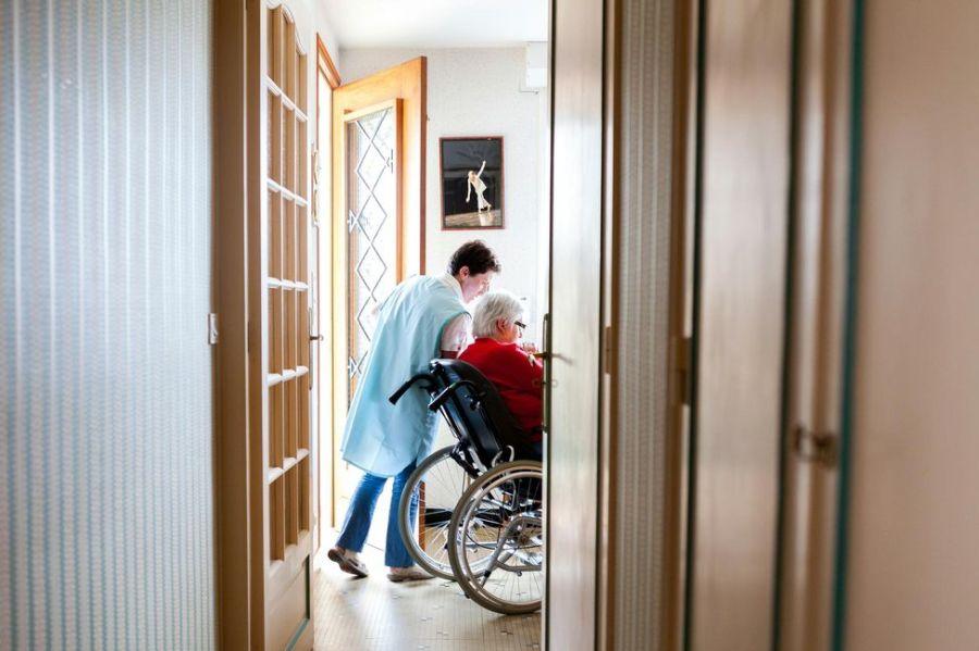 Une aide à domicile chez une personne âgée en Mayenne.