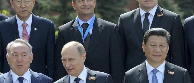 Ruský prezident Vladimir Putin (predný rad uprostred) a hlavy jednotlivých delegácií pózujú na spoločnej fotografii po skončení jednej z najväčších vojenských prehliadok v ruských dejinách pri príležitosti osláv 70. výročia ukončenia druhej svetovej vojny v Európe a víťazstva ZSSR nad nacistickým Nemeckom na Červenom námestí v Moskve 9. mája 2015. Horný rad vpravo slovenský premiér Robert Fico, vľavo generálny tajomník OSN Pan Ki-mun. Predný rad vpravo čínsky prezident Si Ťin-pching a vľavo kazašský prezident Nursultan Nazarbajev. (TASR)
