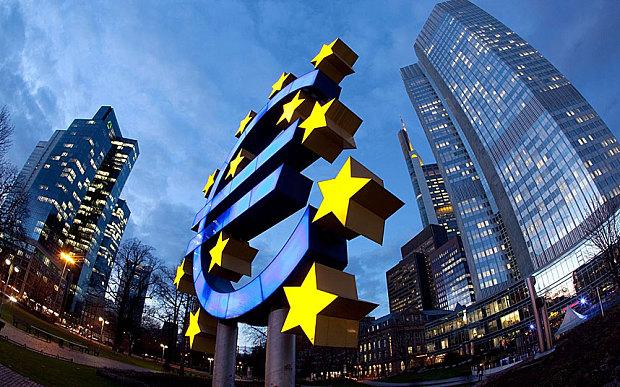 Európska centrálna banka, vpravo, so symbolom eura a Dresdner Bank, vľavo, vo Frankfurte nad Mohanom, Hesensko, Nemecko, Európa   Foto: Alamy