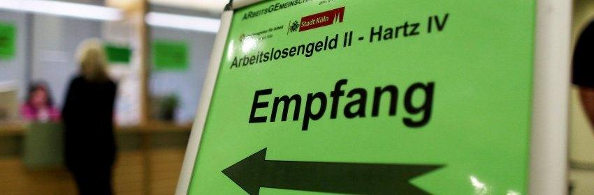 ARCHIV- Eine Frau steht am 18.06.2010 in Köln in der Arbeitsagentur am Empfangsschalter, um sich über die Beantragung von Hartz IV bzw. Arbeitslosengeld zu informieren. Deutschland sollte Zuwanderern nach Auffassung der EU-Kommission einen leichteren Zugang zu Sozialleistungen ermöglichen. Foto: Oliver Berg/dpa (zu dpa vom 10.01.2014) +++(c) dpa - Bildfunk+++