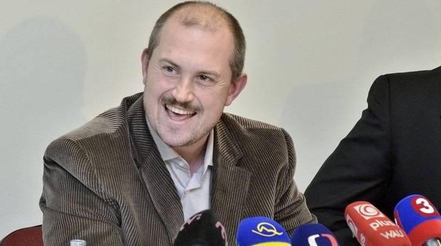 Marián Kotleba úprimne ďakuej Bratislavskej kaviarni za podporu. Už raz sa ich spolupráca mimoriadne vydarila, keď napriek mizivej šanci sa stla županom. Len vďaka nenávistnej kampani, ktorú Bratislavská kaviareň rozpútala. Necelý rok pred voľbami sa kaviarnici opäť pustili do diela. Súdiac podľa výsledkov volieb za župana, Marián Kotleba má miesto v parlamente isté