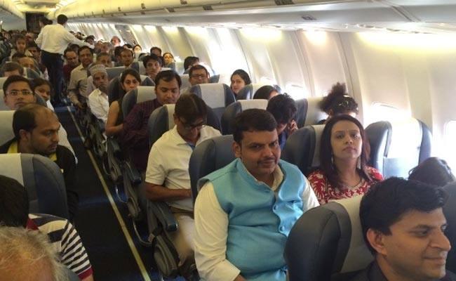 Ministerský predseda indického štátu Maháraštra Devendra Fadnavis v lietadle