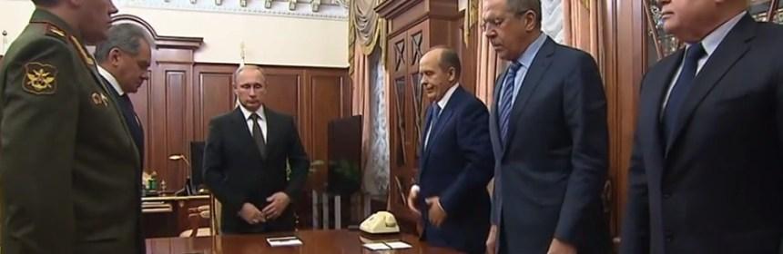 """Minúta ticha za obete tragédie Metrojet Airbus A321 pred rokovaním o výsledkoch vyšetrovania pádu lietadla na Sinai, v Kremli v Moskve, Rusku, 17. novembra 2015. Stretnutie Putina s predstaviteľmi vlády na prezentácii výsledkov vyšetrovania havárie A381  Popis Ruský prezident Vladimir Putin (v strede), náčelník generálneho štábu ruských ozbrojených síl, prvý námestník ministra obrany, armádny generál Valerij Gerasimov (vľavo), ruský minister obrany Sergej Šojgu (2.vľavo), šéf ruskej zahraničnej spravodajskej služby (SVR) Michail Fradkov (vpravo), ruský minister zahraničia Sergej Lavrov (2.zprava) a šéf ruskej Federálnej bezpečnostnej služby (FSB)  Alexander Bortnikov (3. zprava)   Alexander Bortnikov, vedúci FSB povedal, že lietadlo Metrojet bolo zničené  """"domáckou výbušninou v ekvivalente výbušného zariadenia 1 kg TNT """""""