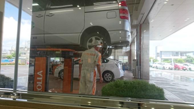 車体をリフトアップ。