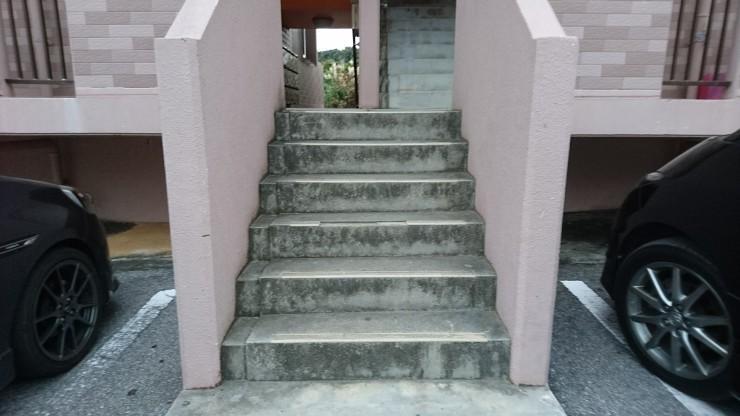 アパートの出入り口に見られる5,6段ほどの階段。