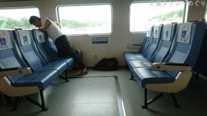 手すり・跳ね上げ式の優先席も10席完備。