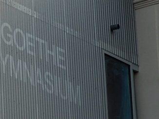 """Der Schriftzug """"Goethe-Gymnasium"""" steht bereits an der Fassade. Foto: Claudia Möbius"""