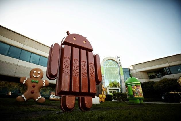 Estátua do mascote do Android 4.4 KitKat nos jardins do Google