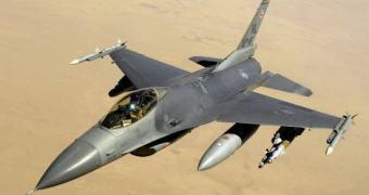 Boeing realiza voo de apresentação de um F-16 convertido em um drone