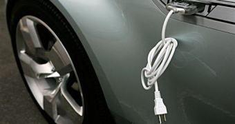 Homem preso por roubar eletricidade para abastecer seu carro elétrico