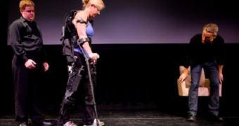 Mulher volta a andar com exoesqueleto robótico impresso em 3D