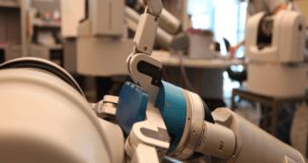 Robô aprende a pegar objetos pedindo na internet