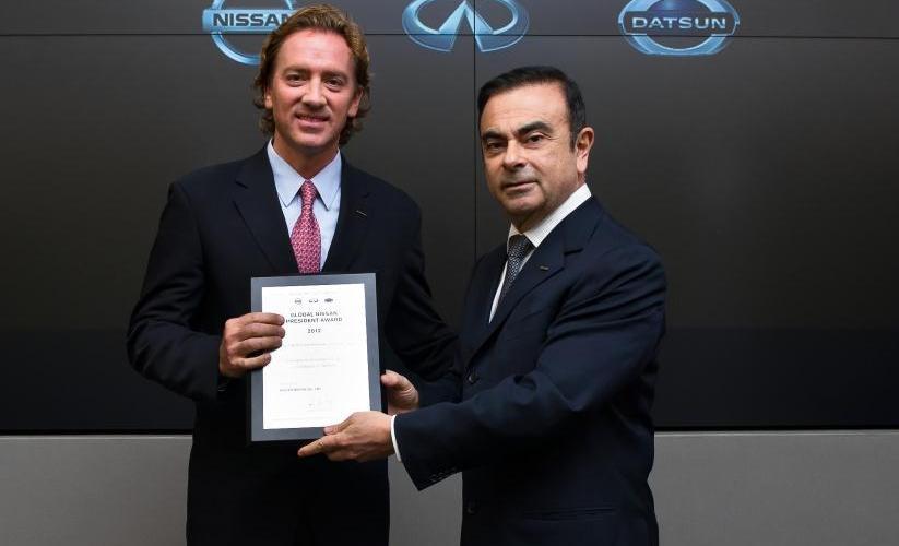 C. Ghosn entrega a J.L. Valls, President Award para Nissan Mexicana