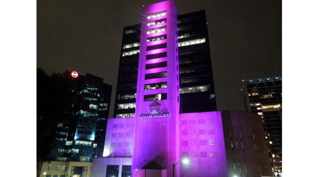 Chrysler de México se ilumina para concientizar sobre el cáncer de mama