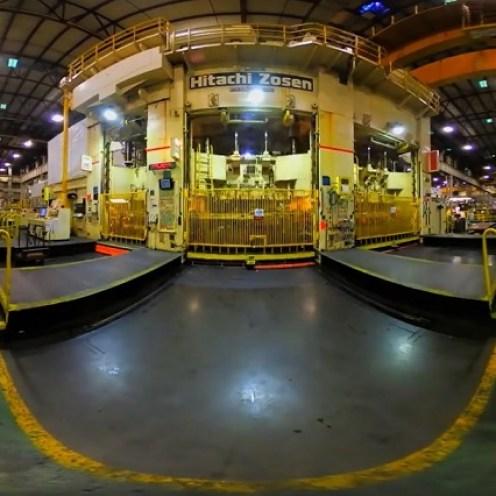 En el proceso de fabricación del Nissan LEAF intervienen tanto robots como técnicos especializados, los cuales trabajan para que la planta produzca un nuevo vehículo cada dos minutos.