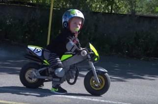 Con tan solo un año de edad, ya sabe montar una minimoto