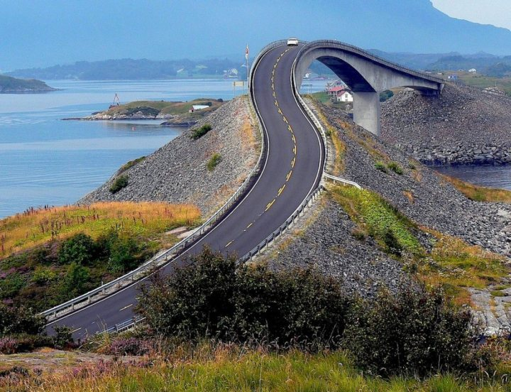 Beautiful roads around the World (23 pictures)