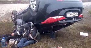 Motorista e passageiro alcoolizados dormem após um grave acidente