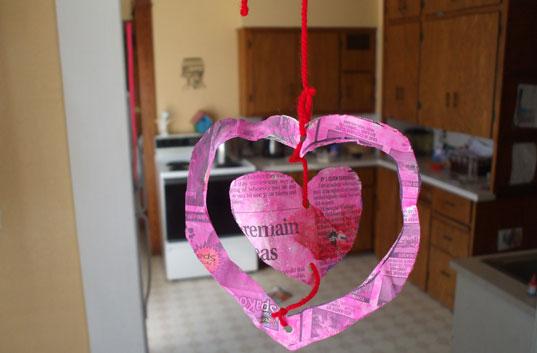 lavoretto di san valentino con la carta di giornale