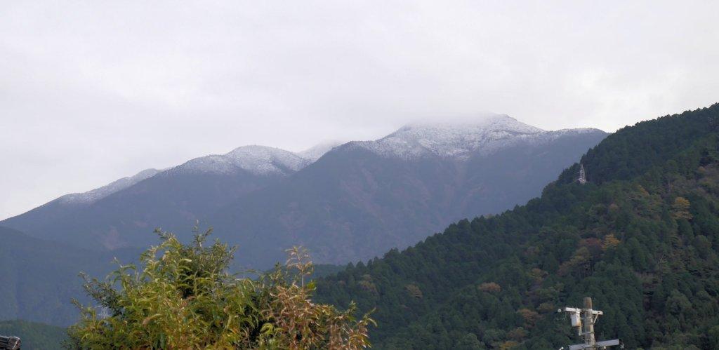 気が付けば山に雪が