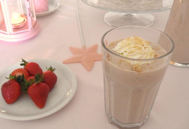 Milkshake de fresas al horno y bizcocho esponjoso.