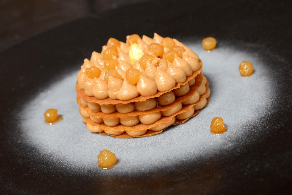 Pastilla au praliné noisette, perles de poire aux épices douces.