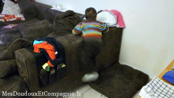 mon b b saut sur le canap et grimpe sur les accoudoirs mes doudoux et compagnie blog de maman. Black Bedroom Furniture Sets. Home Design Ideas