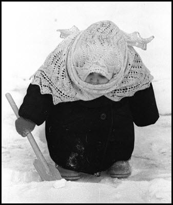 Потешный ребёнок в пуховом платке-«паутинке»