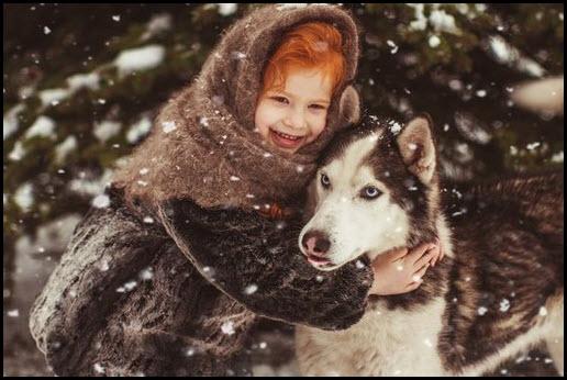 Маленькая девочка в платке и с собакой