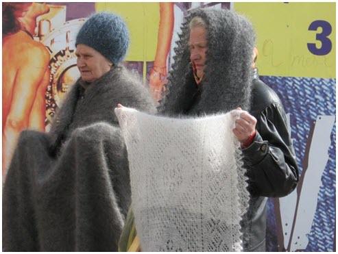 Оренбургские пуховые платки на центральном рынке города Оренбурга
