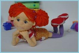 Фото со смешной вязаной куклой
