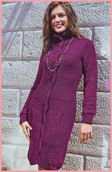 Девушка в вязаном пальто цвета сливы