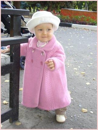 Фото с девчушкой в вязаном пальто