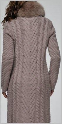 Рельефный узор вязаного пальто