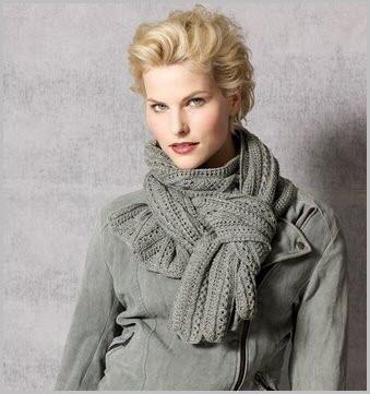 Фото девушки в ажурном сером шарфе