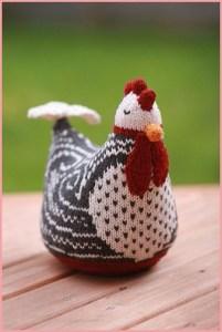 Курица связана орнаментом