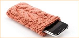 Чехол для телефона связан рельефным узором