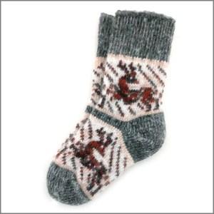 На фото детские носки с оленями