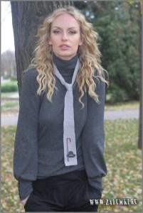 Девушка в элегантном галстуке