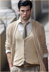 На модном парне костюм и вязаный галстук