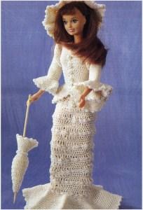 На фото кукла Барби в вязаной одежде